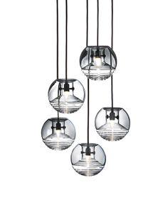 Hágase la luz Esferas luminosas con un frasco en su interior. Son las lámparas Flask, 385 €/cu, de Tom Dixon