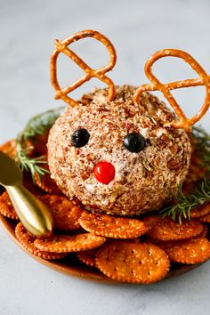 Rudolph Christmas Cheese Ball This Rudolph Cheese Ball Recipe is as adorable as it is tasty! Cheese balls are so easy to make and fun to personalize. The perfect appetizer for making ahead! If you need something fun and easy Christmas Cheese, Christmas Party Food, Christmas Brunch, Xmas Food, Christmas Cooking, Christmas Desserts, Christmas Treats, Rudolph Christmas, Xmas Dinner