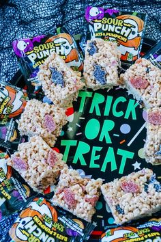 Easy #Halloween Treats! Halloween Rice Krispy Treats #Recipe with Spooky Shaped #Candy Halloween Juice, Halloween Treats For Kids, Halloween Candy, Easy Halloween, Rice Krispy Treats Recipe, Rice Krispie Treats, Rice Krispies, Cereal Treats