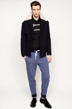 Dunkelblauer Mantel mit Pelzkragen, Dunkelgrauer Pullover mit Schalkragen, Blaue…