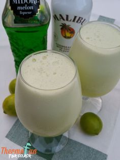 Thirsty Thursday – Pina Colada Recipe A thermomix pina colada! Quick delicious and will have you singing - If you like Pina Coladas and like dancing in the rain . Fun Drinks, Yummy Drinks, Yummy Food, Refreshing Cocktails, Alcoholic Beverages, Decadent Food, Thermomix Desserts, Thirsty Thursday, Smoothie Recipes