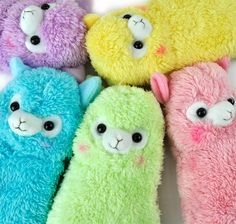 Resembling small llamas, these alpacas are soft, cuddly, and everything endearing. With a hint of rosy cheeks and equipped with a colored link attachment to connect just about anywhere, take these adorable alpacas to school without taking up much space!