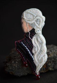 Daenerys Porträt Brosche Custom Brosche Game of Thrones Targarien - Daenerys v. Daenerys Porträt Brosche Custom Brosche Game of Thrones Targarien – Daenerys vom Haus von Targa Bead Embroidery Jewelry, Beaded Jewelry Patterns, Fabric Jewelry, Beaded Embroidery, Beading Patterns, Embroidery Stitches, Embroidery Patterns, Hand Embroidery, Beaded Brooch