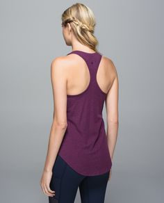 We designed this loose-fitting tank as an easy, lightweight layer to help us go with the flow in the studio. We left the shelf out of the equation so we can pull it on over our favourite bra for our ideal support. We can wear it tucked into our tights during inversions or long after class so we can choose the coverage too.