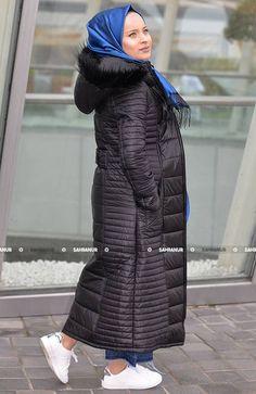 Şişme Bayan Mont ürünümüz polyester kaliteli kumaştan imal edilmiş olup tam kalıptır. İçi astarlıdır ve kış günlerinin vazgeçilmez ürünüdür Siyah renktedir önden fermuarlıdır. Ürün 120 CM dir.