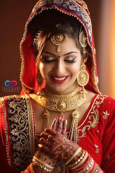 The entire people stick their eyes to see the bride. So bridal skin flawless, glowing. Beauty gurus revealed pre bridal skincare tips and plan Indian Bride Poses, Indian Bridal Photos, Indian Wedding Bride, Indian Bridal Outfits, Wedding Outfits, Bridal Dresses, Bridal Tips, Bridal Poses, Bridal Photoshoot