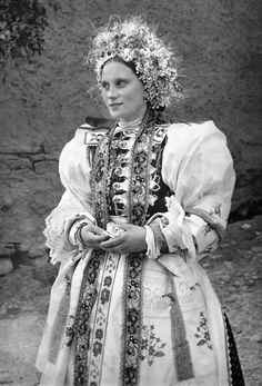 Bride in traditional wedding costume from Liptovské Sliače, Slovakia. The Low Tatras. Traditional Wedding, Traditional Dresses, Serbian Wedding, European Costumes, India People, Hair Wreaths, Wedding Costumes, Folk Costume, Historical Costume