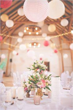 Dieses Dekorationskonzept zeigt, dass das Farbkonzept Rosa-Weiß wirklich zauberhaft und raffiniert sein kann, wenn man die Farben richtig anzuwenden und zu kombinieren weiß. So wurde neben den Farb…