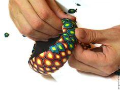 Предлагаю сегодня сделать жесткий браслет из полимерной глины без деревянной или металлической основы. Нам понадобится: - полимерная глина нескольких цветов; - ненужные остатки полимерной глины; - жидкий гель (лучше Sculpey); - основа для формирования браслета: пустая жестяная банка, стакан или стеклянная банка, бутылка и т.п.; - паста-машина; - лезвия; - экструдер; - наждачная бумага разной