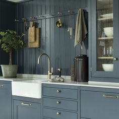 Choosing Your New Kitchen Cabinets Green Cabinets, New Kitchen Cabinets, Shaker Kitchen, Kitchen Pantry, Teal Kitchen, Modern Farmhouse, English Country Kitchens, Nordic Kitchen, Ideas Hogar