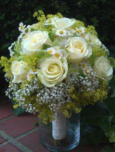sommerlicher Brautstrauß in weiß-grün
