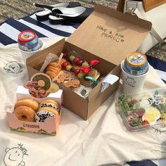 Imagem de aesthetic, food, and minimalist Comida Picnic, Picnic Date, Picnic Box, Picnic Ideas, Good Food, Yummy Food, Think Food, Picnic Foods, Cafe Food