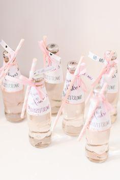 Kleine Wasserflaschen, die mit einem hübschen Strohhalm und einem individuellen Etikett personalisiert wurden. Die Wasserflaschen waren für die Brautjungfern beim Getting Ready der Hochzeit gedacht. Foto: Marco Hüther