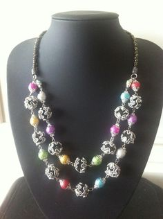 Collier mi long multicolore double rang en capsules Nespresso recyclées.