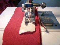 Usar cinta de carrocero pegada al prensatelas, en lugar de papel de seda, para coser telas difíciles.