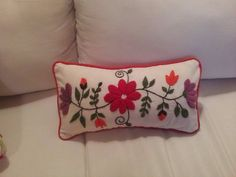 Alumnas- Nani Bordado a Mano Mexican Embroidery, Hand Embroidery, Embroidery Ideas, Funny Throw Pillows, Bed Pillows, Handmade Cushions, Mexican American, Folk Art, Pillow Covers