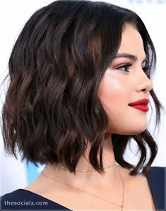 """The """"bob hair"""" (or contraction of the words """"long"""" meaning """"long"""" and """"bob"""" meaning """"square"""") is a long square that is w Wavy Bob Haircuts, Short Bob Hairstyles, Braided Hairstyles, Wedding Hairstyles, Hair Inspo, Hair Inspiration, Selena Gomez Short Hair, Medium Hair Styles, Curly Hair Styles"""