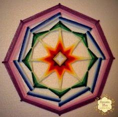 Mandala de 8 pontas, 40cm. Feita com fios acrílicos e base de varetas de bambu de 0,6cm.  As cores desta mandala representam o PRANA. Prāna (em sânscrito:प्राण, sopro de vida) é, segundo as antigas escrituras indianas, a energia vital universal que permeia o cosmo, absorvida pelos os seres vivos através do ar que respiram.