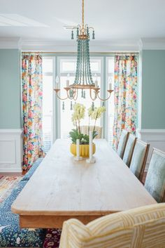 Traditional Dining Room with a Twist – Amanda Louise Interiors Room design traditional Traditional Dining Room with a Twist Dining Room Colors, Dining Room Design, Colorful Dining Rooms, Dining Room Playroom Combo, Formal Dinning Room, Dining Room Inspiration, Small Dining, Traditional House, Traditional Decorating
