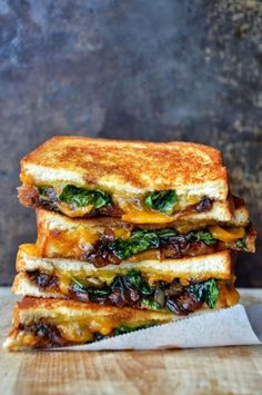 #French #Foods - Croque aux épinards, oignons et cheddar www.thefrenchprop...