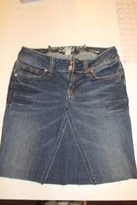 Turn Your Jeans into a Skirt Bella Jean Boutique: Tutorial.Turn Your Jeans into a Skirt Diy Jeans, Jeans Fit, Sewing Jeans, Jeans Rock, Sewing Clothes, Diy Clothes, How To Make Jeans, How To Make Skirt, Diy Jupe Jean