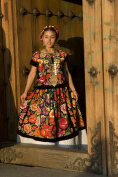 Traditional dress from Oaxaca, mexico Mexican Fashion, Mexican Style, Ethnic Fashion, Mexican Art, Mexican Costume, Folk Costume, Costumes, Traditional Mexican Dress, Traditional Dresses