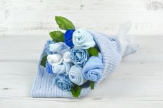 Un ramo de rosas de realizado con medias de bebé es una idea de regalo hermosa y práctica para una nueva mamá. ¡No solo es único, también es útil! Materiales  medias de bebé alambre flora…