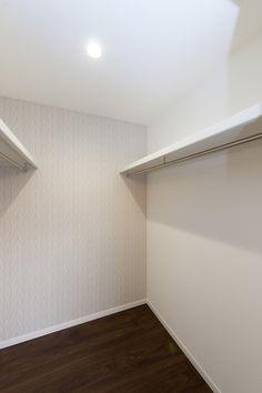 シンプルなウォークインクローゼット #シンプル #収納 Natural Interior, Kyoto, Closet, Armoire, Closets, Natural Styles, Cupboard, Wardrobes, Closet Built Ins