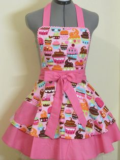 Sexy Pink Cupcakes Apron Double Full of by ApronsByVittoria, Love the fifties look Sewing Tutorials, Sewing Projects, Apron Pattern Free, Retro Apron Patterns, Cool Aprons, Pink Cupcakes, Valentine Cupcakes, Making Cupcakes, Kids Apron