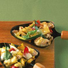 Im Freien auf Balkon oder Terrasse zubereitet, ersetzt das Raclette den Grill - und das Essen wird zum sommerlichen Vergnügen unter Freunden!