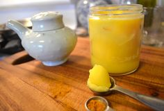 Jak zrobić masło klarowane. Wyjąć masło z papierka i włożyć do garnka, a następnie zalać ciepła, przegotowaną wodą. Gotować na małym ogniu przez godzinę. Ostudzić i wstawić garnek do lodówki. Kiedy masło zastygnie zlać wodę. W ten sposób oczyszcza się masło ze wszystkich szkodliwych domieszek dodawanych w trakcie jego produkcji.
