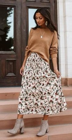 38 Fabulous Midi Skirt Outfits Ideas For Spring And Summer 2020 Midi Rock Outfit, Midi Skirt Outfit, Long Skirt Outfits, Midi Skirts, Sweater Skirt Outfit, Jean Skirts, Denim Skirts, Long Skirts, Outfit Jeans