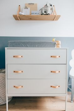 babykamer jongen Love the idea of adding leather pieces for the handles to a changing table. It infuses nice texture to the room and gives it a beautiful look.