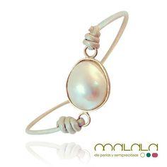 #pulsera de #perla cultivada blanca montada en #oro y #cuero dorado. Disponible en tienda online: http://ift.tt/1XpeOG4  #bracelet #pearl #accesories #diseñoExclusivo #elegancia #fashion #femenino #fino #gift #guapa #handmade #hautecouturejewelry #instafashion #jewel #joya #joyeria  #joyeriadediseño #ladies #MadeinSpain #madrid #magia #MalalaDePerlas