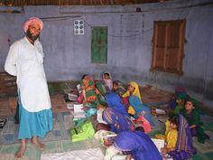 Jorge Reverter Gibert    Niñas y maestro en una escuela coránica dentro de una choza. Rann of Kutchh (Gujarat). https://www.facebook.com/photo.php?fbid=10153232462409624