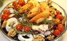 Receita para a ceia de Natal: arroz negro com frutos do mar para surpreender a família.