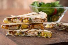 Quesadillas sucrées et épicées au barbecue - Des quesadillas différentes, au goût sucré de l'ananas et à la saveur fumée du poulet grillé et de la sauce barbecue.