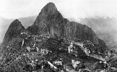 First photo of Machu Picchu - In Yale University professor and explorer Hiram Bingham ventured into the mountainous jungles of central Peru in search of an ancient Inca city. While seeking the lost city of Vilcabamba, Bingham came across Machu Picchu. Rare Historical Photos, Rare Photos, Photos Du, Old Photos, Vintage Photos, Historical Sites, Machu Picchu, National Geographic, Kings & Queens