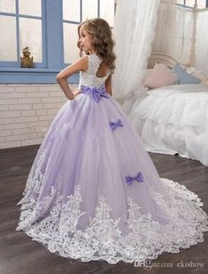 2017 Lace Appliqued Flower Girls Dresses Beautiful Purple and White Princess Dress Beaded Bows Pageant Gowns for Kids Wedding Party