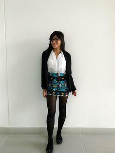 Outfit Godinez - Falda con estampado, medias, blazer negro, camisa blanca y flats negros.