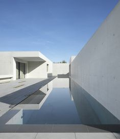 Image 2 of 10 from gallery of Villa K / be baumschlager eberle. Photograph by Roland Halbe Atrium, Villa K, Amazing Architecture, Architecture Design, Concrete Architecture, Haus Am Hang, Palomar, Concrete Houses, Concrete Pool