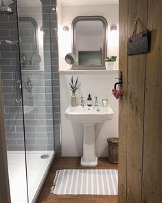 35 Beauty Cottage Bathroom Design Ideas - Modern Home Design Bad Inspiration, Bathroom Inspiration, Small Bathroom, Master Bathroom, Family Bathroom, Bathroom Ideas, Cozy Bathroom, Bathroom With Wood Floor, Grey Bathroom Tiles