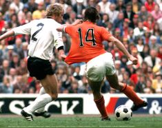 Berti Vogts ( West Germany ) challenges to Johan Cruyff ( Holland ) World Cup Final, West Germany Holland at Munchen, Could Play, 7 And 7, Football Players, Ronaldo, World Cup, Finals, Barcelona, Challenges, Baseball Cards