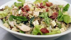 Eén - Dagelijkse kost - frisse groentesalade met gerookte kip, feta en pasta, artisjokken en komkommer.
