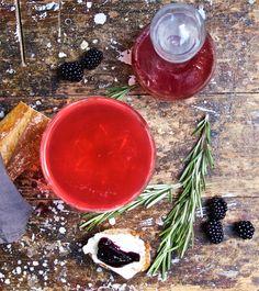 Brombeer-Rosmarin-Marmelade und rotes Johannisbeer-Lavendel-Sirup / http://piasdeli.de/Rezept/brombeer-rosmarin-marmelade-und-rotes-johannisbeer-lavendel-sirup/