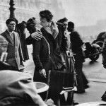 Un francés quien nunca quitó los pies de su país; exploró Francia desde las calles y las publicaciones de moda, y selló con un beso la capital romántica por excelencia. Las instantáneas de Doisneau capturaron la posguerra de la Segunda Guerra mundial desde un París libre, movido por la esperanza de los tiempos venideros, siendo …