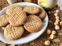I biscotti alle nocciole sono deifragranti biscottirealizzati con una pasta frolla aromatizzata connocciole tostatee tritate.Biscotti sani e genuini
