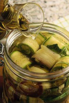 Oggi vi presentiamo la ricetta per preparare le zucchine sott'olio in casa, una…