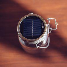 Realizzato in Sudafrica, il Barattolo solare è diventato un vero e proprio oggetto di culto, che consente di risparmiare energia emanando una luce calda. Da un piccolo brand che ha costruito 50 posti di lavoro nelle zone di Alexandra e Soweto, a un prodotto di qualità, vincitori di cinque premi internazionali di design.