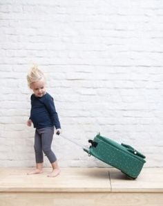 REISE TROLLEY – MR. CROCODILE   Ideal für einen Ausflug mit den Kindern! Der Trolley ist ausgestattet mit einem ausziehbaren Handgriff und kräftigen Rollen, so kann jedes Kind schnell sein eigenes Köfferchen mitnehmen. In der großen vorderen Tasche kann man Dinge aufbewahren, die man lieber schnell zur Hand haben will. In der Innentasche befindet sich ein Namensschild, eine extra Tasche mit Reißverschluss und einen praktischen Spanner, um alle Kleider ordentlich fest zu zurren.